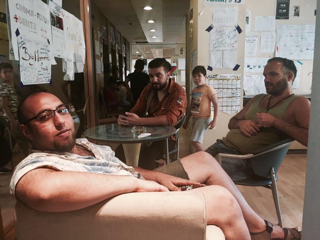 Saad, réfugié palestinien (au premier plan) et ses amis Ahmad et Hassan dans l'une des salles communes du City Plaza. Crédit : Charlotte Boitiaux