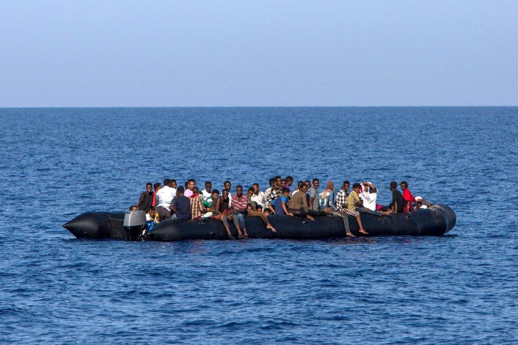 ANGELOS TZORTZINIS / AFP |Des migrants attendent d'être secourus par les garde-côtes italiens, à 30 milles marins de la côte libyenne, le 6 août 2017.