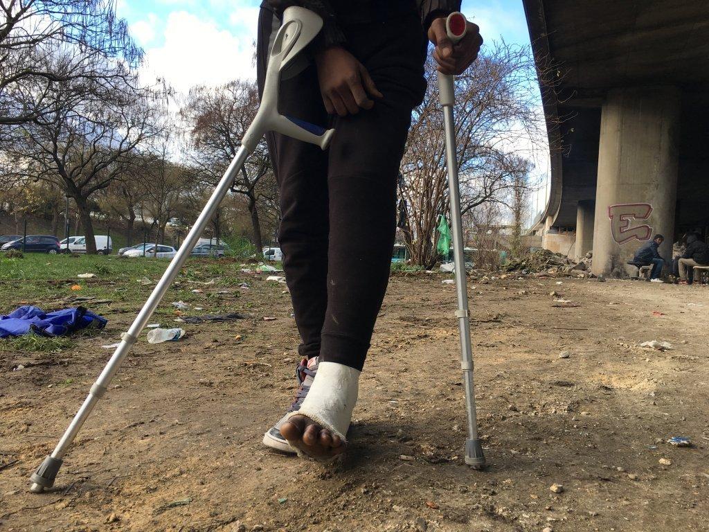 عثمان، مهاجر سودانی که با پای شکسته در یک خیمه در پورت دو لاویلت زندگی میکند. عکس از مهاجر نیوز