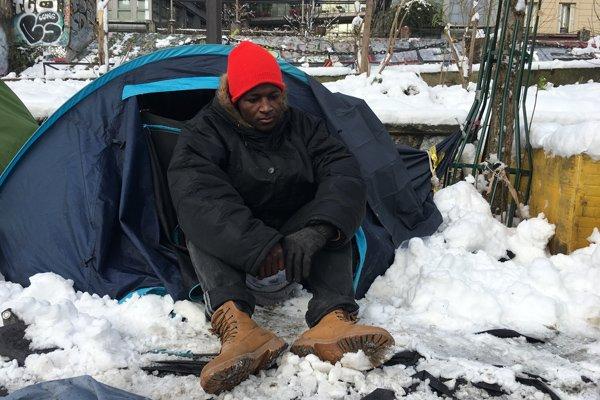 Mamadou, Sierra-Léonais, devant sa tente, à Paris. Crédit : InfoMigrants