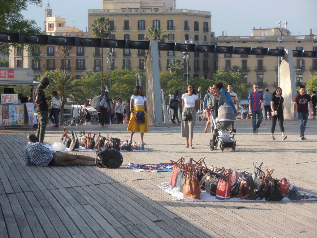 Des migrants sur le port de Barcelone, l'un des principaux points de vente des vendeurs de rue | Photo: Judit Alonso