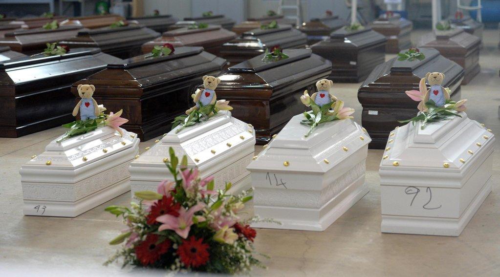 ANSA / أكفان الضحايا في أحد مخازن مطار لامبيدوزا في 5 تشرين الأول/ أكتوبر 2013، حين لقى أكثر من 100 مهاجر مصرعهم عقب غرق مركب. المصدر: أنسا/ لانينو.