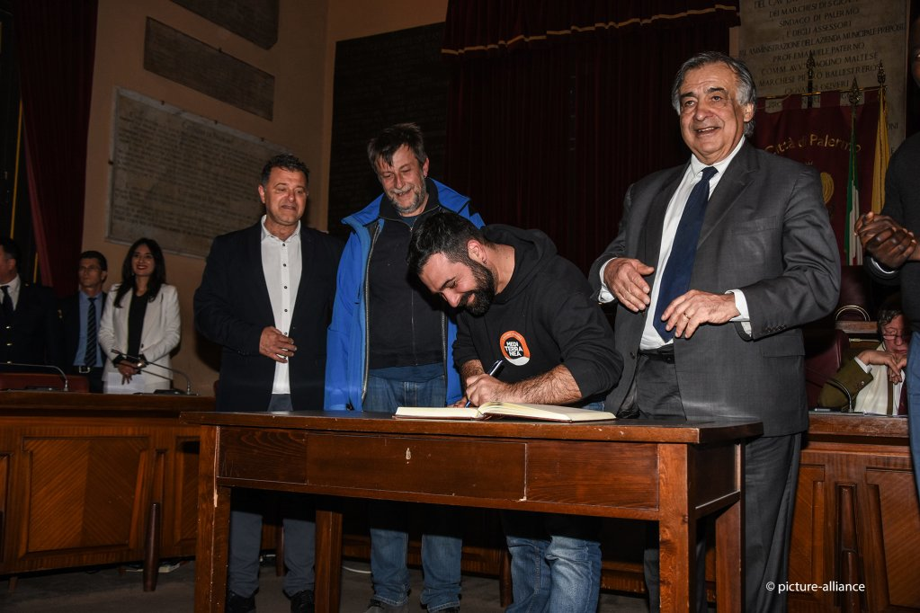Mayor Leoluca Orlando has given honorary citizenship of the city to the crews of three boats who have committed themselves to the rescue of migrants in the Mediterranean | Photo: Picture-alliance