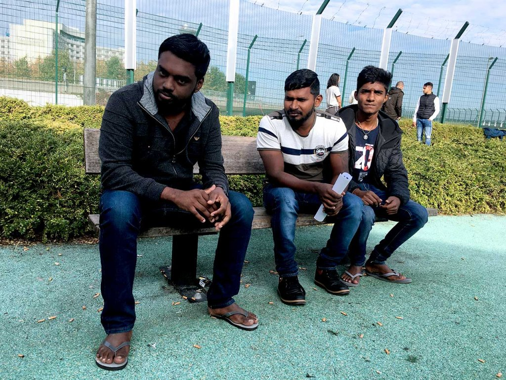 عکس تزئینی: سه سریلانکایی در مرکز نگهداری مهاجران غیرقانونی در فرودگاه رواسی شارل دوگل در شمال پاریس، سال . عکس از خجسته ابراهیمی