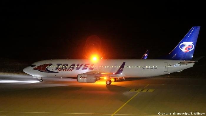 picture-alliance/dpa/S. Willnow |طائرة لترحيل اللاجئي من مطار لايبزيغ/هاله (أرشيف)