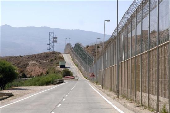 """""""السور الحديدي سيكون غير قابل للاختراق أو صنع فتحات فيه للدخول إلى الأراضي الإسبانية"""". الصورة: ANSA"""