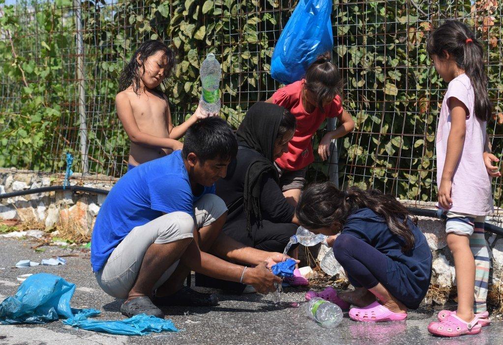 مهاجران برای دسترسی به آب، نلهای آب زراعتی را سوراخ کردهاند. عکس از مهدی شبیل/ مهاجر نیوز