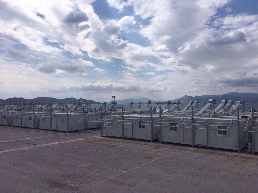 Tous les containers possèdent un ballon d'eau chaude, un panneau solaire et l'air conditionné. Crédit : Charlotte Boitiaux