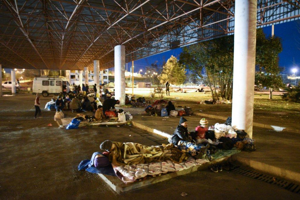 Des migrants se prparent  passer la nuit  labri dun hangar de la gare routire dEdirne