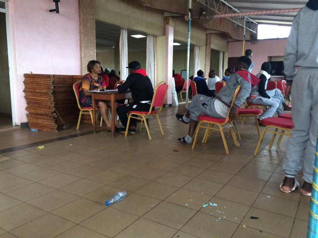 À leur retour au Cameroun, les migrants passent des entretiens avec des agents de l'OIM pour faire le point sur leur situation. Crédit : Julia Dumont