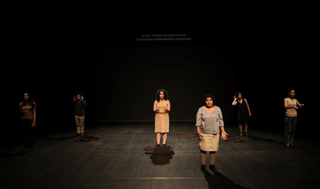 """عرض مسرحي """"إكس عدرا"""" في مدينة مولوز الفرنسية 10 كانون الثاني/يناير 2018."""