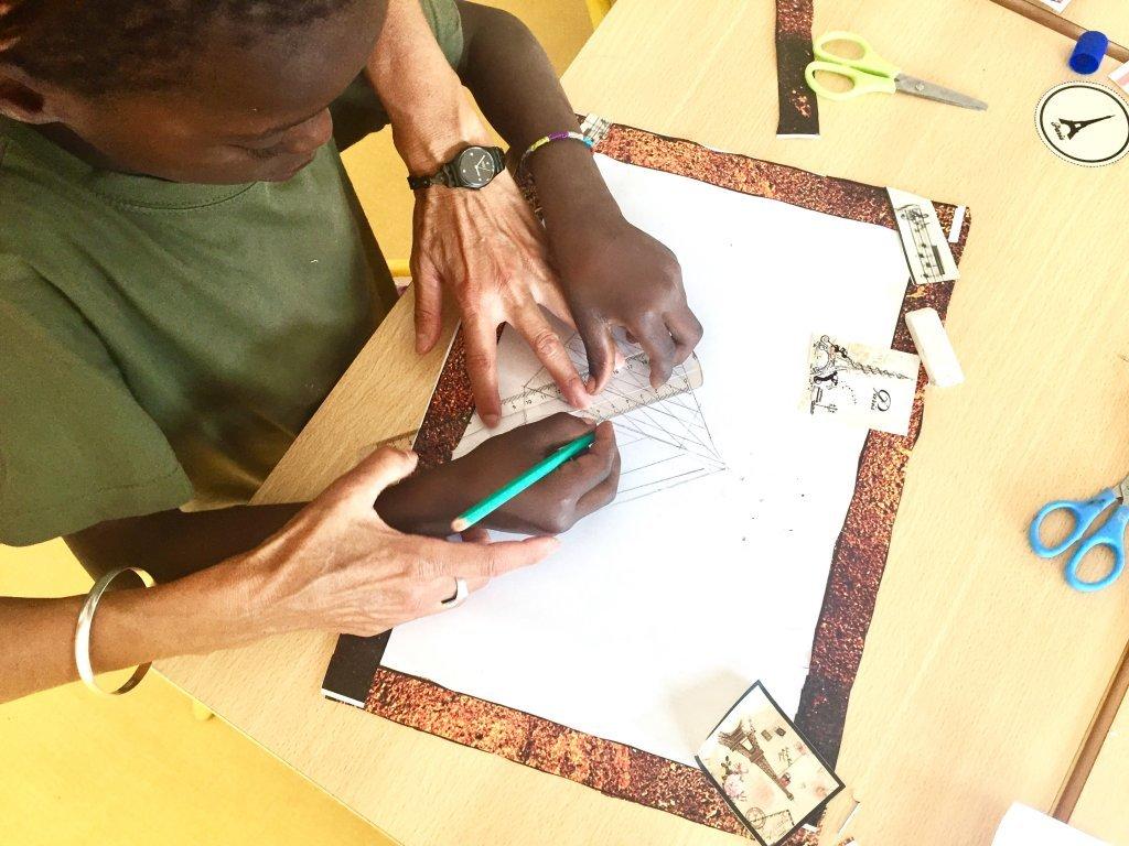 طفل مهاجر يرسم في ورشة في مركز إيفري سور سان
