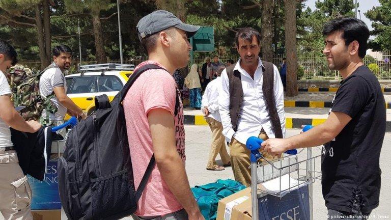 لاجئون أفغان في مطار كابول