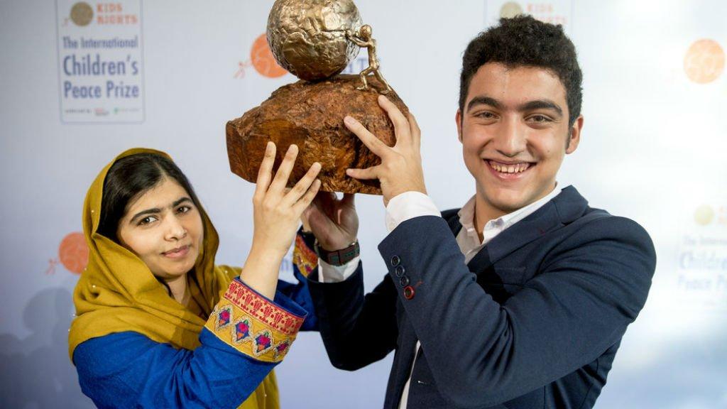 Le Syrien Mohamad Al Jounde, lauréat du Prix international de la Paix des Enfants, pose avec la Pakistanaise Malala Yousafzai, prix Nobel de la Paix en 2014. Crédits : KidsRights Foundation