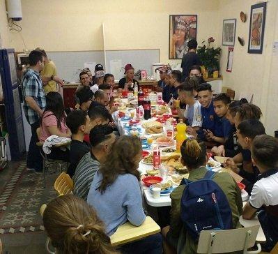Pendant le ramadan, un Iftar est proposé aux jeunes migrants certains soirs dans la grande salle de la fondation. Crédit : Bayt al-Thaqafa
