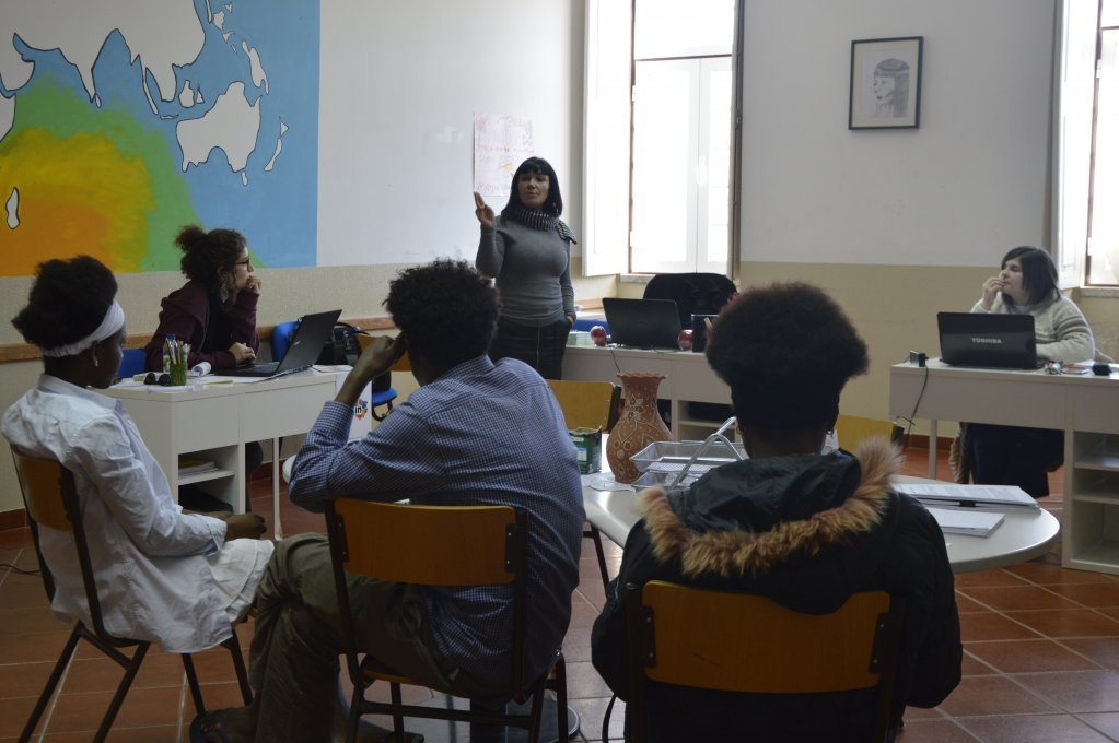 تم تحويل الفصل الدراسي السابق إلى ندوة لتنسيق برامج التكامل المختلفة الصورة: Maëva Poulet / مهاجر نيوز