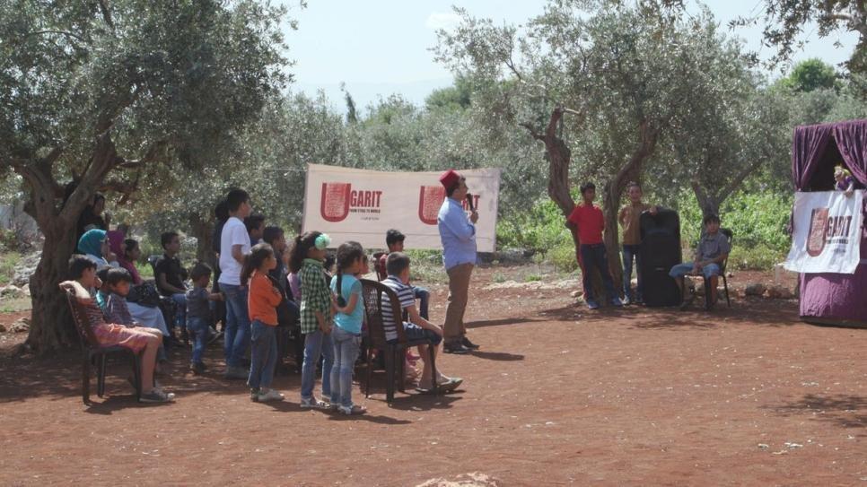 ANSA / اللاجئ السوري جاسم وهو يقدم عرض عرائس للأطفال السوريين في شمال لبنان. المصدر: المفوضية العليا للاجئين/ دلال مواد/ حسام الحريري.