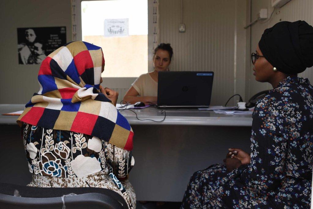 A Niamey des officiers de l'OFPRA écoutent des migrants évacués de Libye et qui demandent l'asile en France. Crédit : Mehdi Chebil