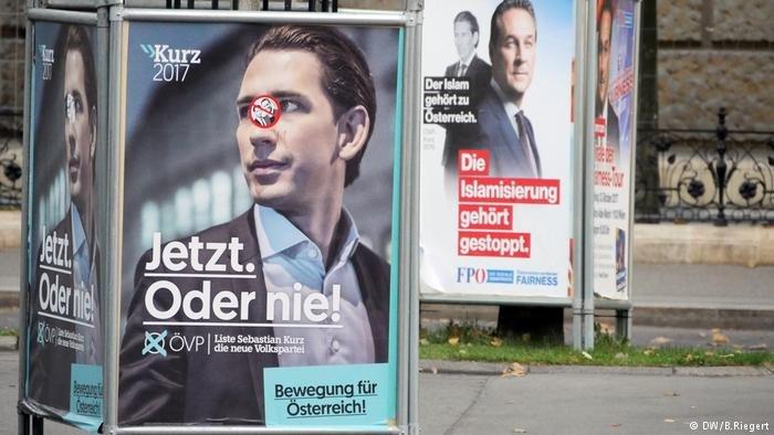 لافتات انتخابية لكل من حزب الشعب النمساوي اليميني وحزب الحرية النمساوي اليميني الشعبوي