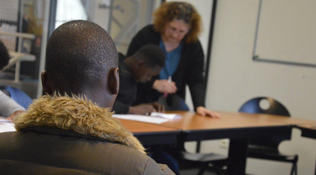 Deux enfants nouvellement arrivés en France passent leurs tests de niveau au CIO de Sarcelles, jeudi 29 mars. Crédit : Maëva Poulet