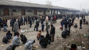 Des réfugiés attendant de recevoir de la nourriture à Belgrade, en Serbie, le 22 décembre 2016. Crédit : Reuters / Marko Djurica
