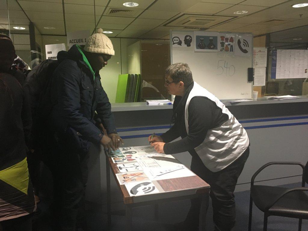روزانه در حدود ۱۵۰ تا ۲۰۰ مهاجر به مرکز بشردوستانه بروکسل مراجعه میکنند، عکس از بوآلم روباشی.