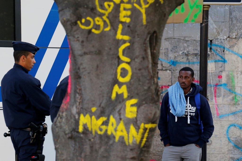 الشرطة الفرنسية تجلي آلاف المهاجرين من شمال العاصمة