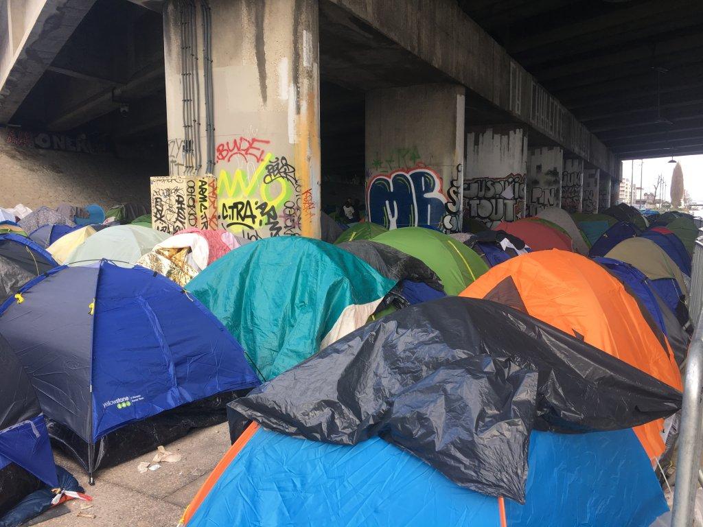 1 400 migrants se sont installés le long du canal Saint-Denis, dans le nord de Paris. Crédit : InfoMigrants