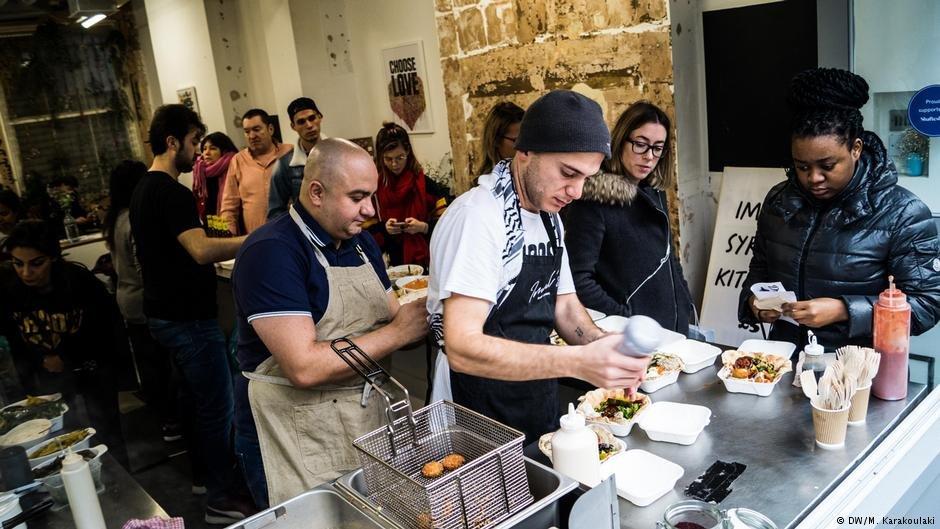 Imad and Hassan serve Londoners falafel | Photo: DW/M. Karakoulaki