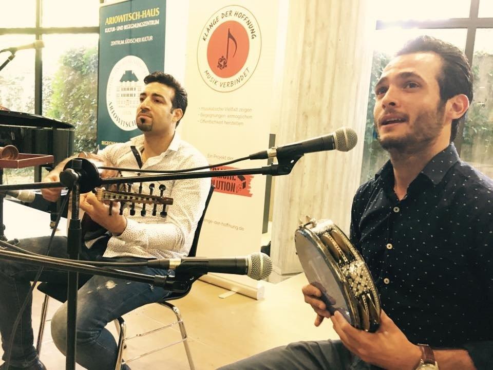 باسل القطريب يعزف في حفلة مع زميله المغني غاند الجرف