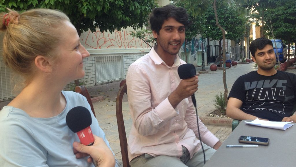 © MicroCamp Radio |Chérif et Lina aux manettes de leur émission de radio à Athènes.