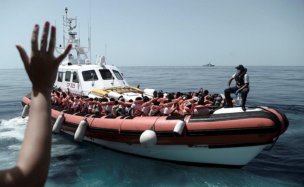 "Karpov / SOS Mediterranee/Handout via REUTERS |حمل مهاجرین از کشتی ""اکواریوس""، با همکاری مشترک سازمان ""اِس.اُ.اِس. مدیترانه"" و سازمان ""پزشکان بدون مرز در دریای مرکزی مدیترانه. ٢٢ خرداد/ ١٢ ژوئن ٢٠۱٨"
