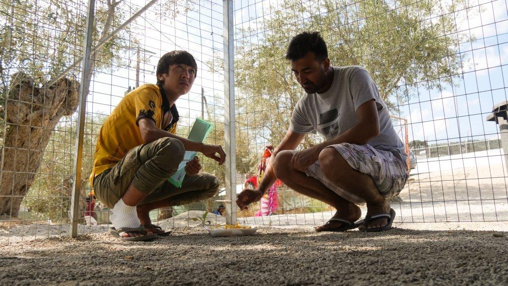 Deux migrants afghans partagent un repas dans le camp de Moria Octobre 2019 Crdit  Aasim SaleemInfoMigrants