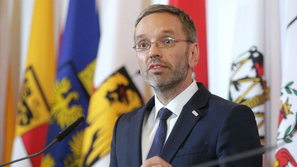 Georg Hochmuth, APA, AFP |Le ministre de l'Intérieur autrichien, Herbert Kickl, lors d'une conférence de presse à Vienne,  le 3 juillet 2018.