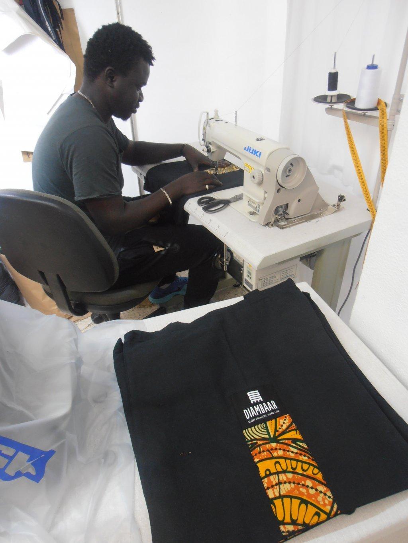 Kewa Sarr, un tailleur gambien, a rejoint la coopérative DiomCoop cette année | Photo : Judit Alonso