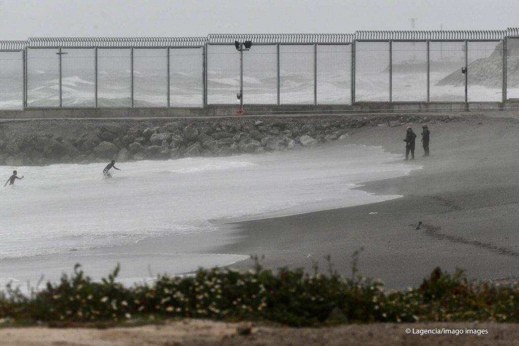 Zwei junge Migranten erreichen schwimmend den Strand der Enklave Ceuta.