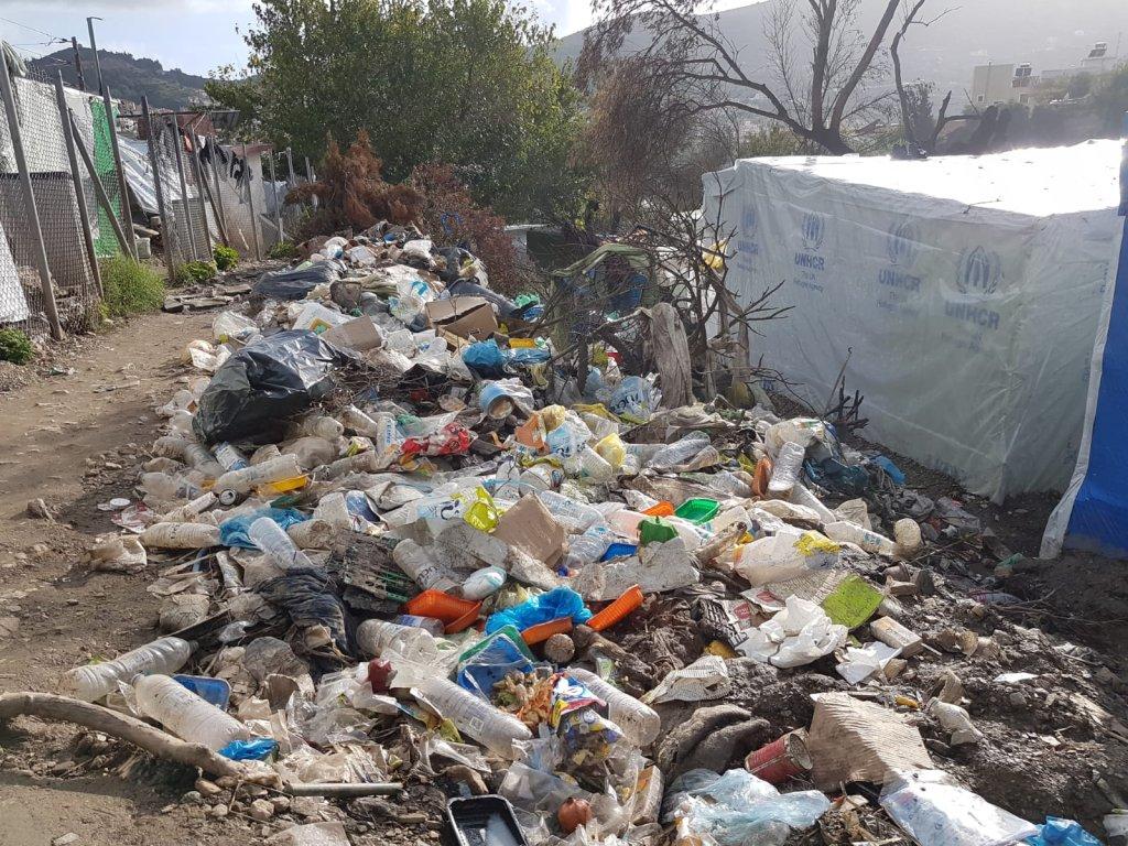 """Les déchets s'accumulent dans la """"jungle"""" surpeuplée, où les services de collecte de la mairie n'ont pas accès. ©C. Bibi / InfoMigrants"""