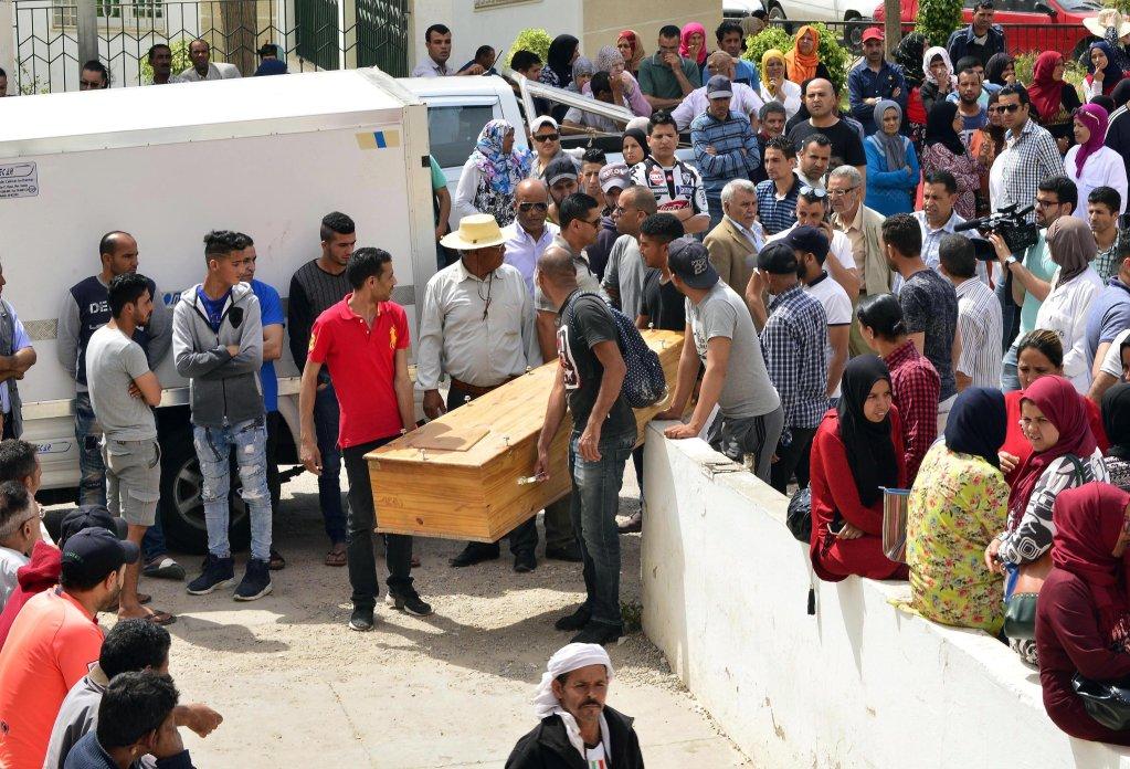 ANSA / تونسيون يحملون كفنا لرفات أحد أقاربهم لدى وصول جثامين أكثر من 50 مهاجرا غرقوا في البحر المتوسط، إلى مدينة صفاقس في 4 حزيران/ يونيو 2018. المصدر: إي بي إيه. صورة من الأرشيف