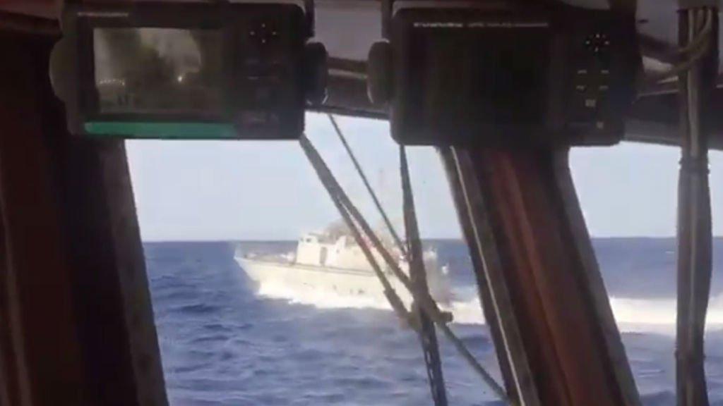 Capture d'écran du compte twitter Proactiva Open Arms. On y voit la vedette blanche des garde-côtes libyens frôler le Golfo Azzurro.