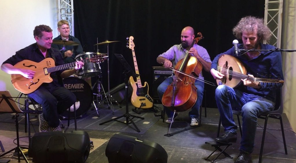 Le groupe Jesser sur scène à Bordeaux. Crédit : InfoMigrants