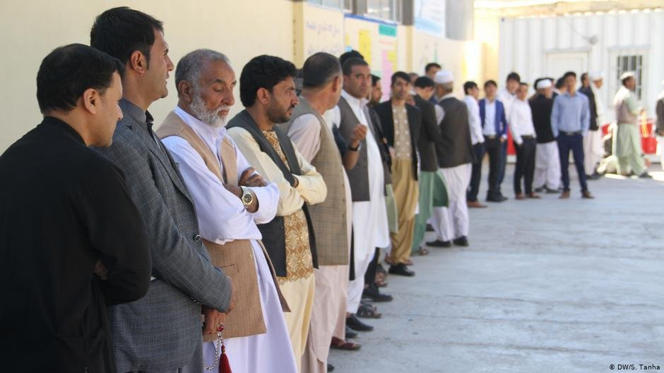 Queues tend to be long in Afghanistan  whether to participate in election or to leave the country  Photo DWS Tanha
