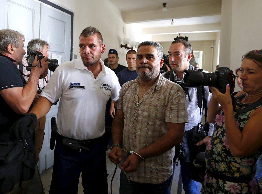 A Kecskemet, le 29 août 2015, des policiers hongrois escortent les trafiquants accusés d'être respondables de la mort de 71 réfugiés trouvés dans un camion frigorifique en Autriche. Crédit : Reuters