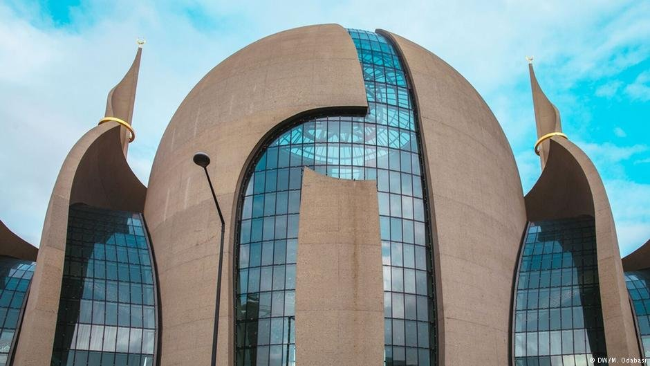 The German constitution guarantees religious associations the right to organize religious studies