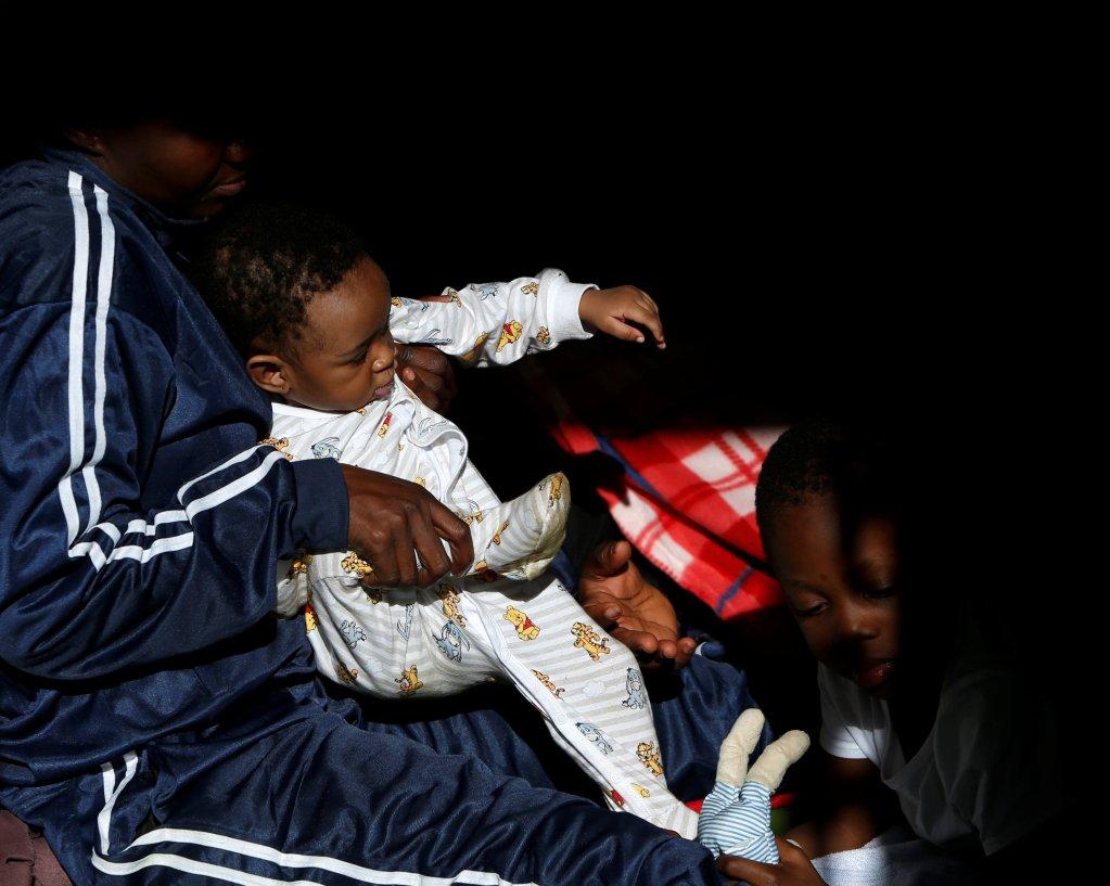 REUTERS/Darrin Zammit Lupi |Une migrante et son fils à bord de l'Aquarius, le navire de SOS Méditerranée et Médecins sans frontières, au large de la Libye, le 17 décembre 2017.