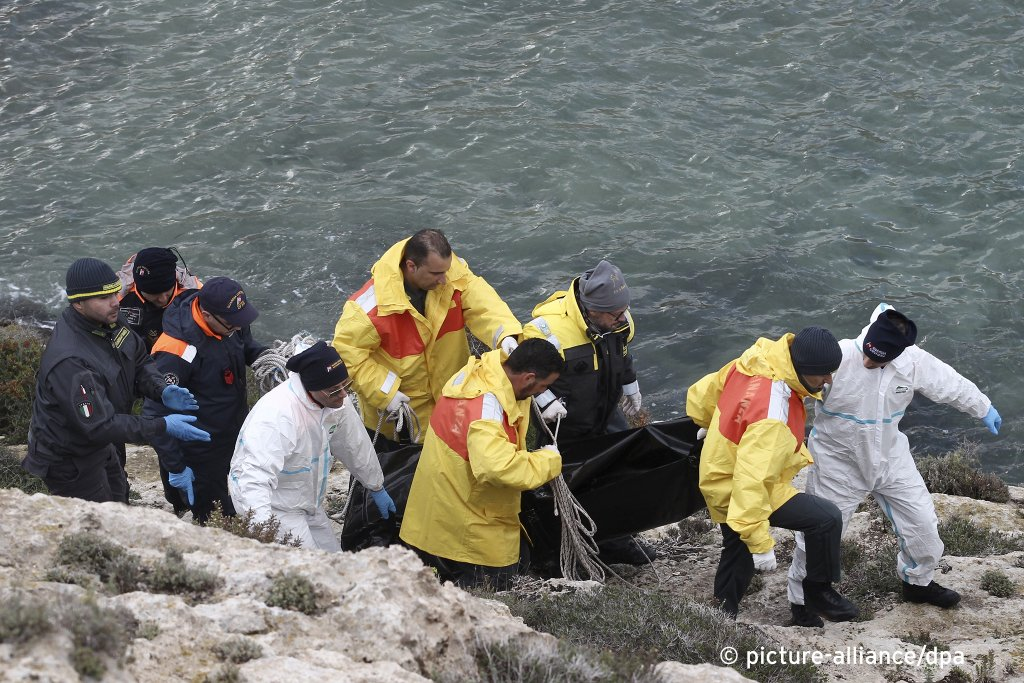 Rescuers carry a body retrieved from the sea after a shipwreck off Lampedusa on Sunday, November 24, 2019| Photo: picture-alliance/AP Photo/dpa/Mauro Seminara