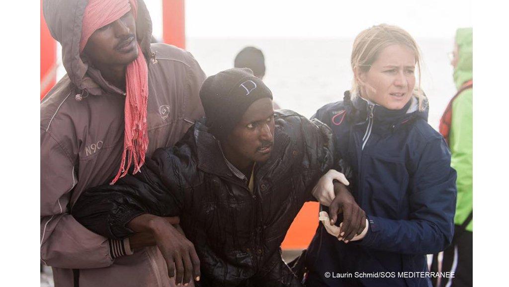 © SOS Méditerranée/Laurin Schmid |Mathilde Auvillain soutient un rescapé recueilli sur l'Aquarius, le bateau de SOS Méditerranée.