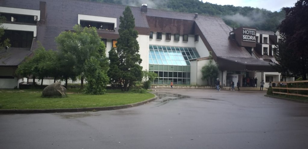 L'entrée de l'ex-hôtel Sedra à Cazin en Bosnie. Crédits : Shâyân pour InfoMigrants