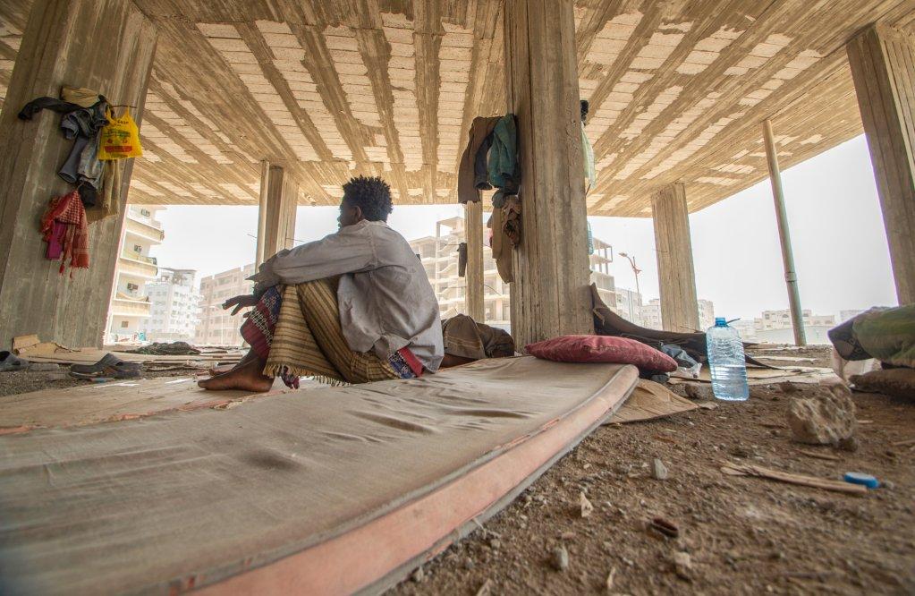 مهاجر في مبنى مهجور في مدينة عدن
