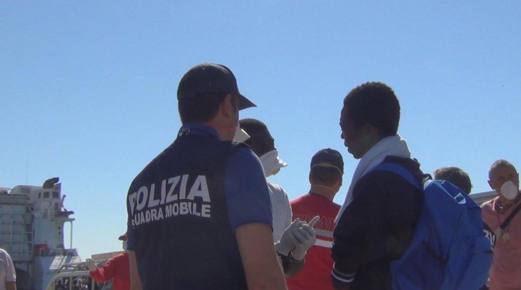 ansa / قوات الشرطة الإيطالية تراقب وصول سفينة تقل مهاجرين في بوزالو بصقلية. المصدر: صورة من أرشيف أنسا