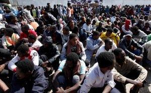 مهاجرون في أحد مراكز الاحتجاز في طرابلس/ رويترز